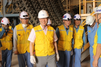 POSCO CEO Ohjoon Kwon and staff tour the facilities at POSCO SS VINA.
