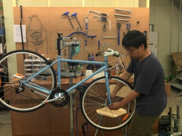 수제 자전거를 만들고 있는 김두범씨의 모습