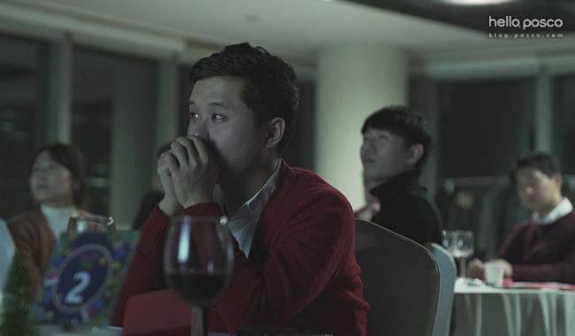 포스코에서 준비한 합격생을 축하하고 격려하는 영상 메시지를 보는 신입사원들