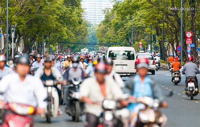 베트남 현지에서 오토바이랑 차가 지나가는 풍경이다. hello.posco blog.posco.com