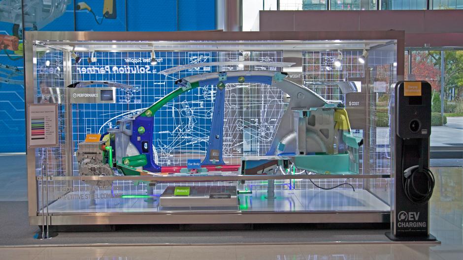 전기차의 프레임을 전시하고 있는 모습.