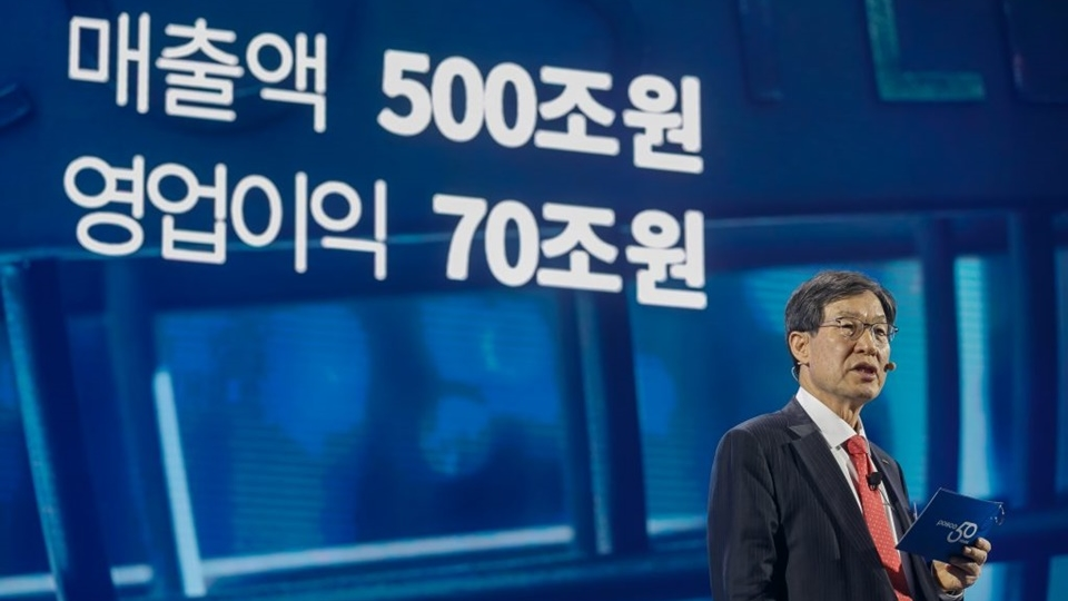 권오준 포스코 회장이 50년 후에는 매출액 500조원 영업이익 70원 계획을 말하고있는 모습