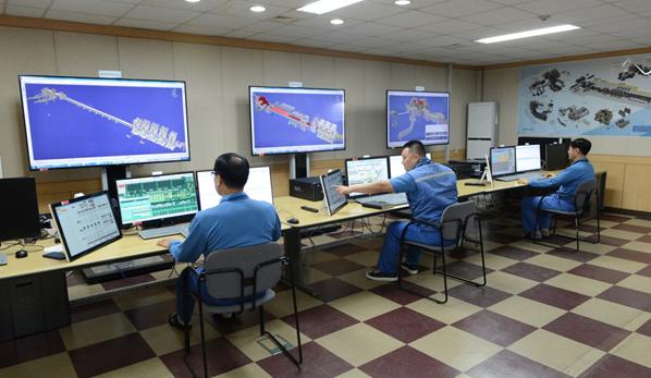 직원들이 광양 CEM서브센터에서 가상제조훈련 시스템을 테스트하고 있다.