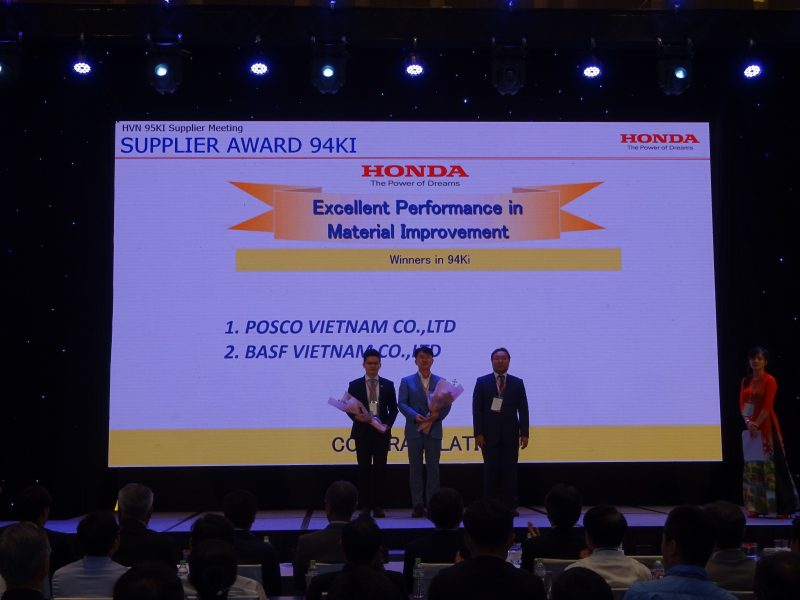 HVN 95KI Supplier Meeting. Supplier Award 94KI. HONDA. The Power of Dreams. Excellent Performance in Material Improvement. Winners in 94KI. 1. POSCO VIETNAM CO.,LTD. 2. BASF VIETNAM CO.,LTD. 포스코베트남에서는 마케팅실장 정영목(부장)이 참석해 수상장면.