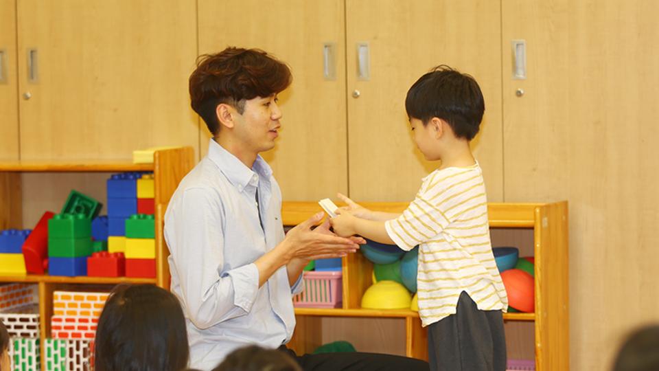 포항 포스코어린이집 다람쥐반 남동우 교사가 아이와 놀아주는 모습