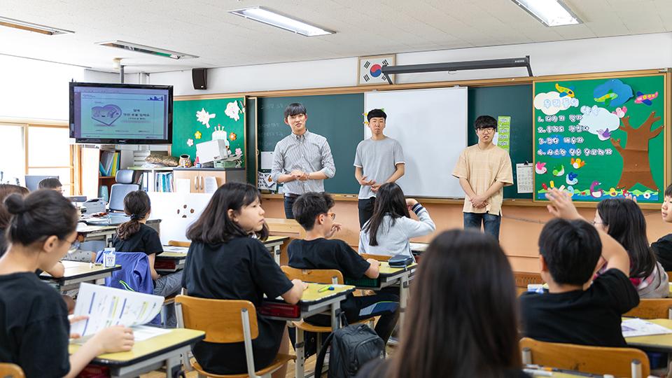 포스코 주니어공학교실 수업 진행 과정에서 학생이 손을 들고 발표하는 모습
