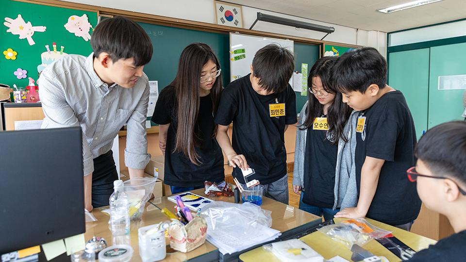 도금 과정 수업을 위해 선생님과 학생들이 함께 집중하는 모습