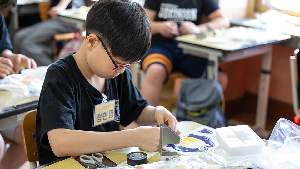 철로 봇을 만들고 있는 정현엽 학생