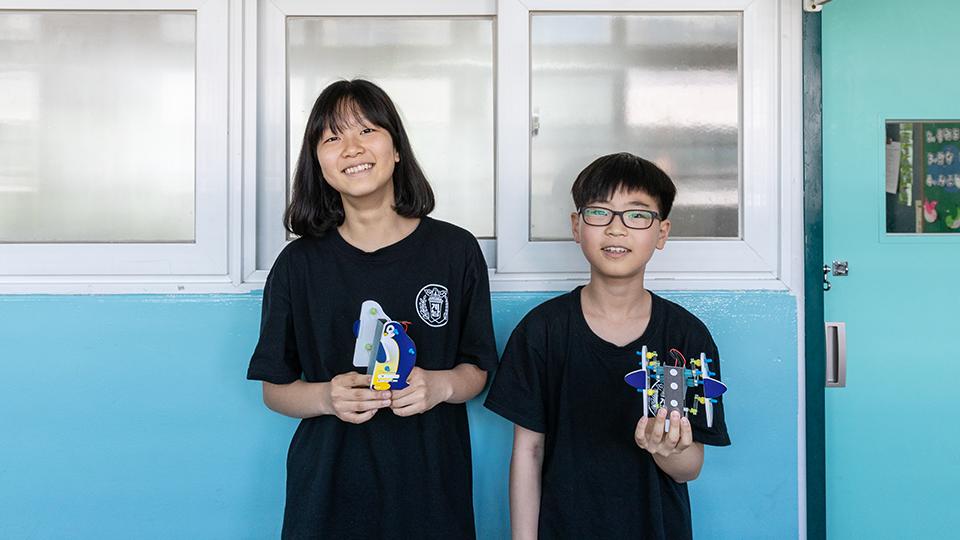 완성된 로봇을 손에 들고 있는 김민주 학생과 정현엽 학생