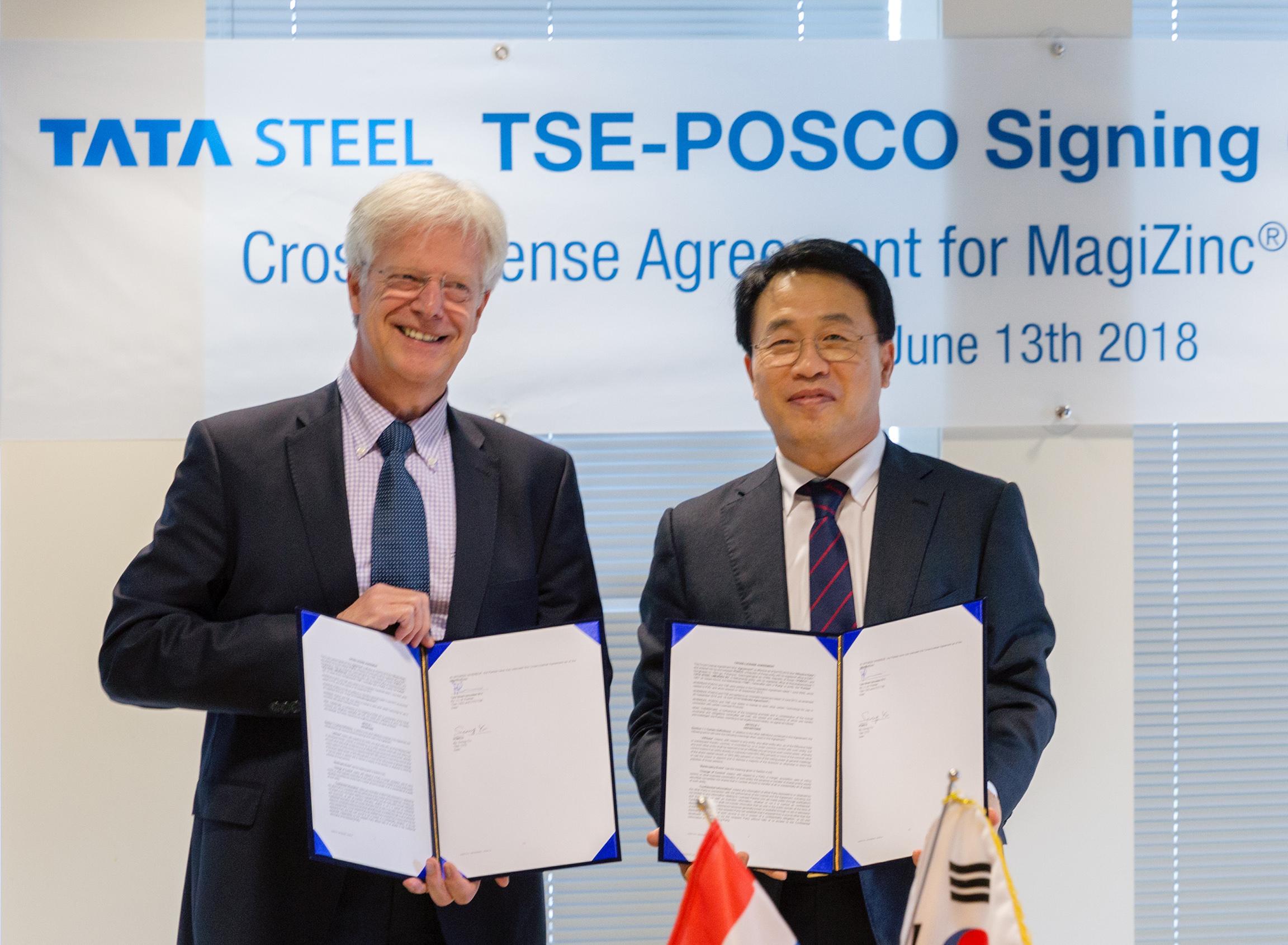 포스코 유성 기술투자본부장(오른쪽)과 TSE 한스피셔 회장이 기술교환 협약서에 서명하고 기념촬영을 하는 모습