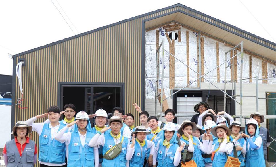 포스코가 소외계층에게 기부하는 스틸하우스와 지난해건축 봉사활동에 참여한 비욘드 11기 단원들
