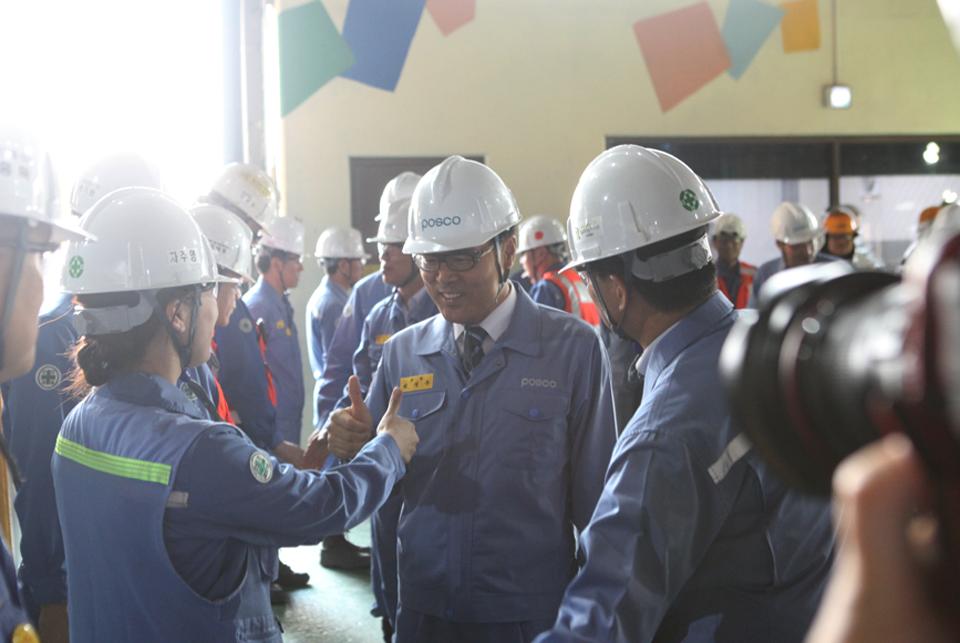 정우 포스코 회장이 취임식을 마친 후 포항제철소 제 2고로를 방문해 직원들을 격려하고 있는 모습