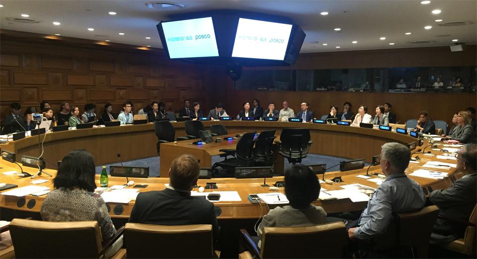 UN본부에서 대한민국 외교부 주최로 열린 UN고위급정치포럼 부대행사에서 포스코가스틸빌리지 프로젝트를 글로벌 사회공헌활동 우수사례로 발표하고 있다