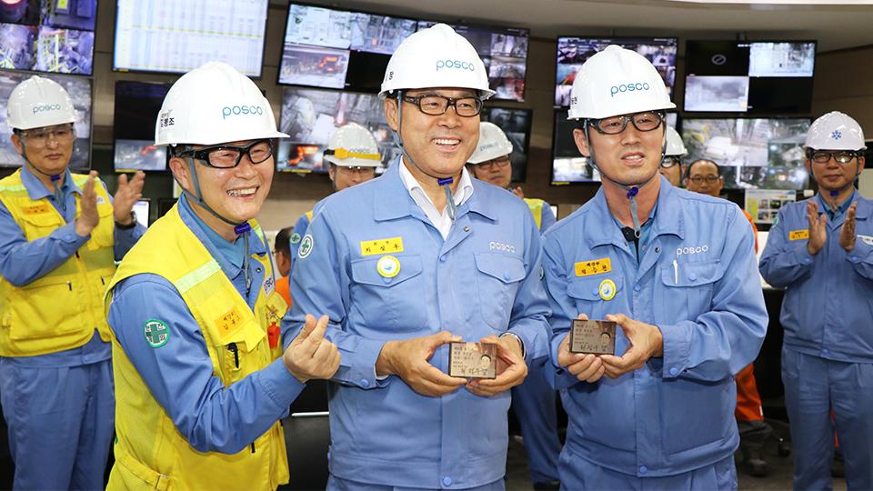 광양2제강공장을 방문한 최정우 회장이 임직원들과 기념촬영을 하는 모습